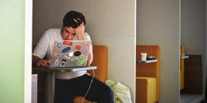 SELBSTLERNEN.net | Zoom Fatigue – Müdigkeit und Frust vor dem Bildschirm vorbeugen